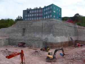 Letzte Restarbeiten zur Fertigstellen Baugrube Neubau Medienzentrum SWR. Blick auf die Nord- und Westwand der bis zu 22 m hohen Böschung.