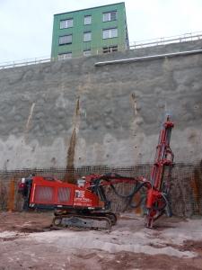 Bohrung für die letzten Sprengarbeiten der Baugrube Neubau Medienzentrum SWR. Gesprengt werden Vertiefungen in der Baugrubensole. Insgesamt wurden über 40.000 m³ Fels gesprengt und gelöst.