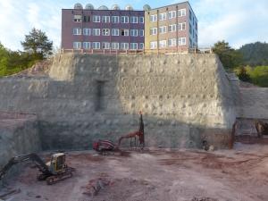 Blick auf die Nordwand Baugrube Neubau Medienzentrum SWR. Die in ca. 3m Schritten abgebaute Baugrube wurde mit über 3000 m Felsnägeln und -ankern gesichert.